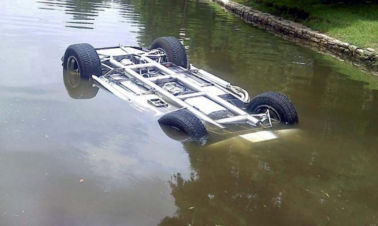800x600 1316708697 mashina prud jalovnic ru В Подмосковье пенсионер на машине съехал в пруд и утопил своего пассажира