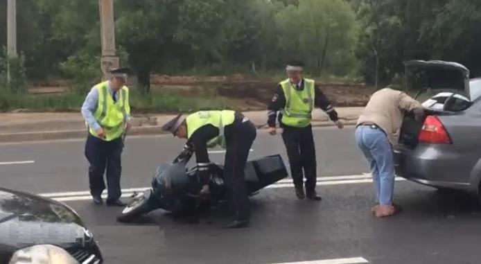В ДТП в Москве на Никулинской улице пострадал мотоциклист фото