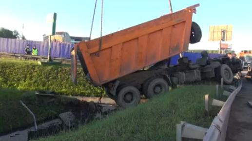 QIP Shot Screen 306 В Москве на МКАДе грузовик упал в кювет и развалился на части