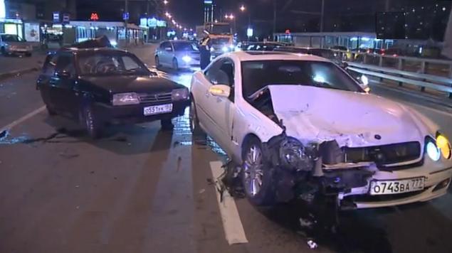 QIP Shot Screen 308 В Москве на Дмитровском шоссе белый Mercedes на скорости врезался в ВАЗ 2109