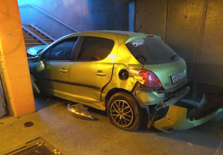 На Каширском шоссе машина залетела в подземный переход и сбила двух человек фото