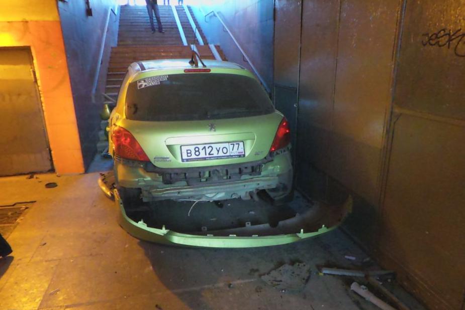 QIP Shot Screen 319 На Каширском шоссе машина залетела в подземный переход и сбила двух человек