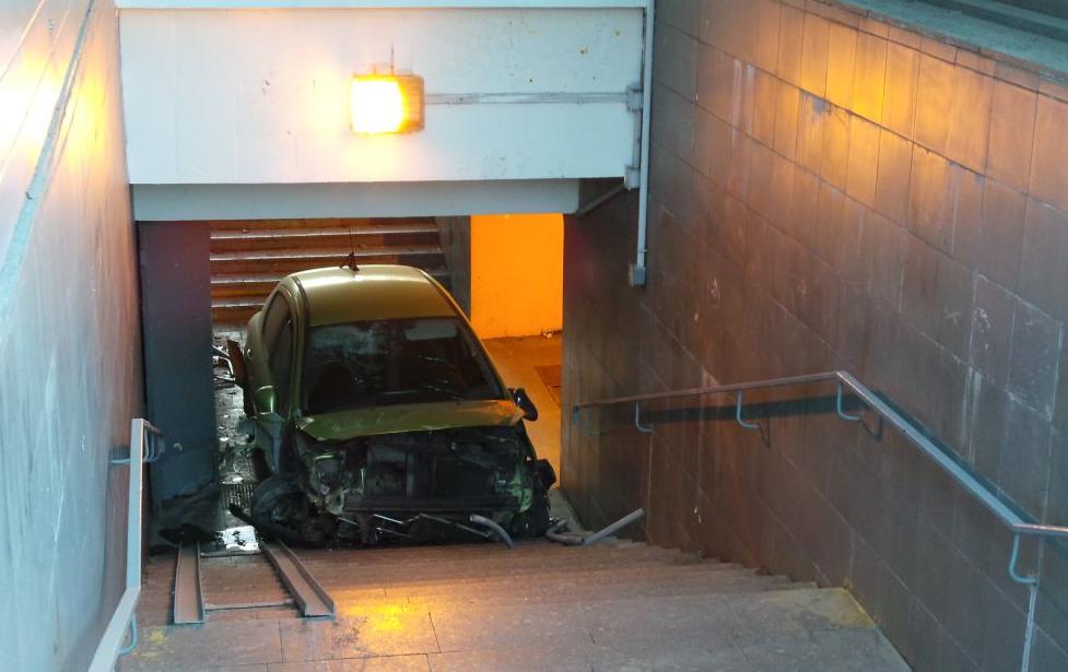 QIP Shot Screen 321 На Каширском шоссе машина залетела в подземный переход и сбила двух человек