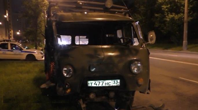 В Москве на Перовской улице микроавтобус «УАЗ» протаранил мачту уличного освещения фото