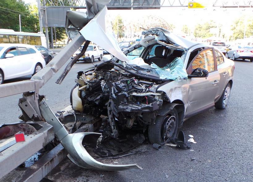 Автомобиль врезался в отбойник на Варшавском шоссе фото