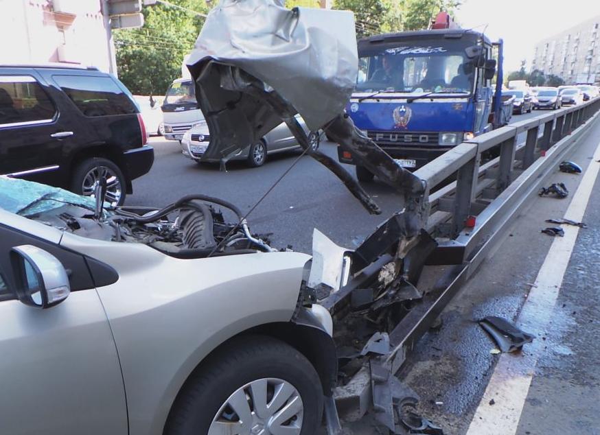 QIP Shot Screen 020 Автомобиль врезался в отбойник на Варшавском шоссе