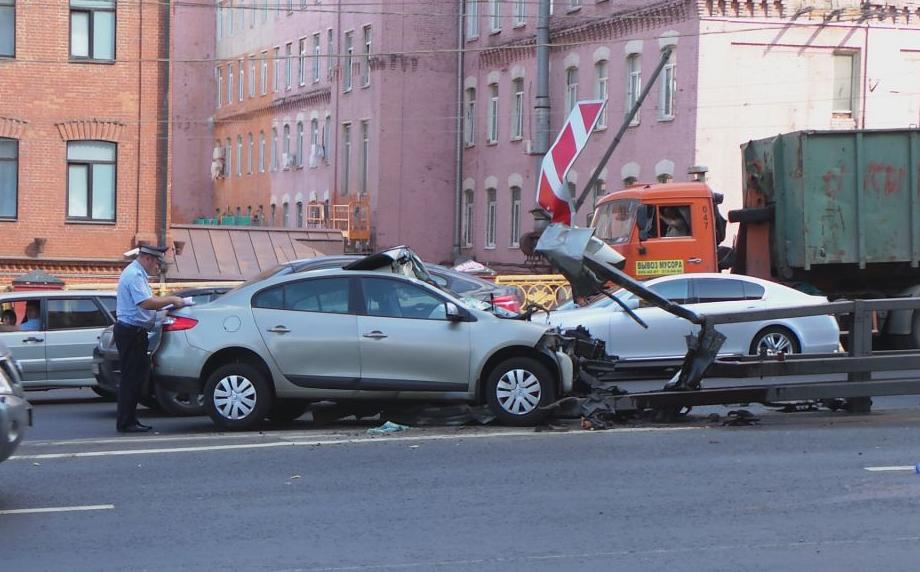 QIP Shot Screen 021 Автомобиль врезался в отбойник на Варшавском шоссе