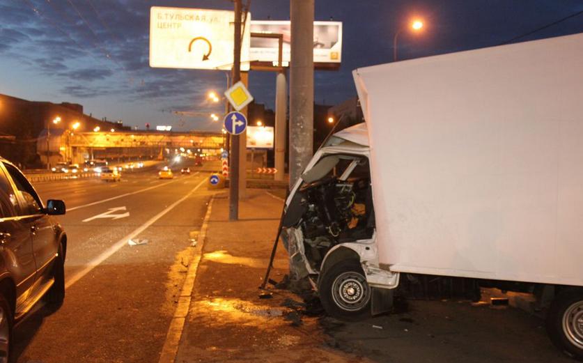 Фургон врезался в столб на Автозаводской улице фото
