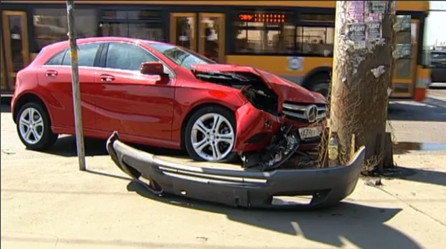 QIP Shot Screen 130 В Москве дама на Mercedes протаранила маршрутку и столб