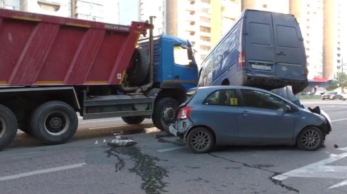 QIP Shot Screen 131 В проезде Дежнева автомобиль повис в воздухе после ДТП