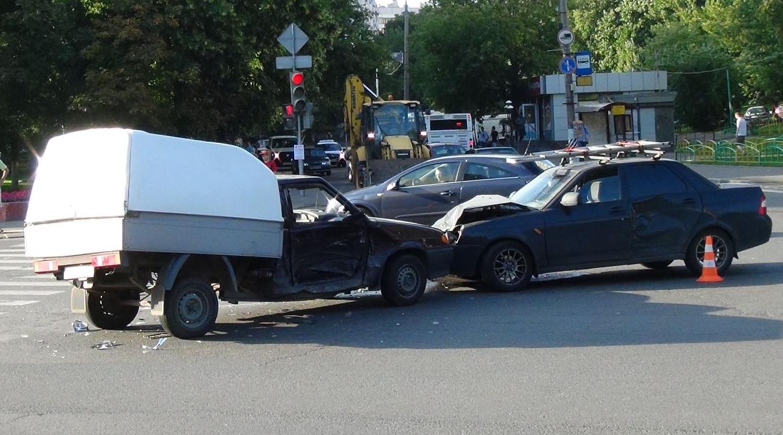 QIP Shot Screen 331 Серьёзное ДТП произошло в Москве на пересечении улиц Кухмистерова и Шоссейная