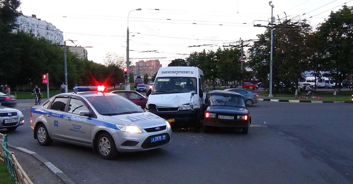 QIP Shot Screen 347 Жигули врезались в маршрутку на перекрёстке улиц Юных Ленинцев и Маршала Чуйкова