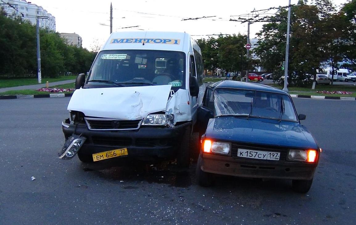 QIP Shot Screen 348 Жигули врезались в маршрутку на перекрёстке улиц Юных Ленинцев и Маршала Чуйкова