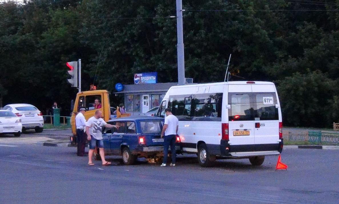QIP Shot Screen 349 Жигули врезались в маршрутку на перекрёстке улиц Юных Ленинцев и Маршала Чуйкова