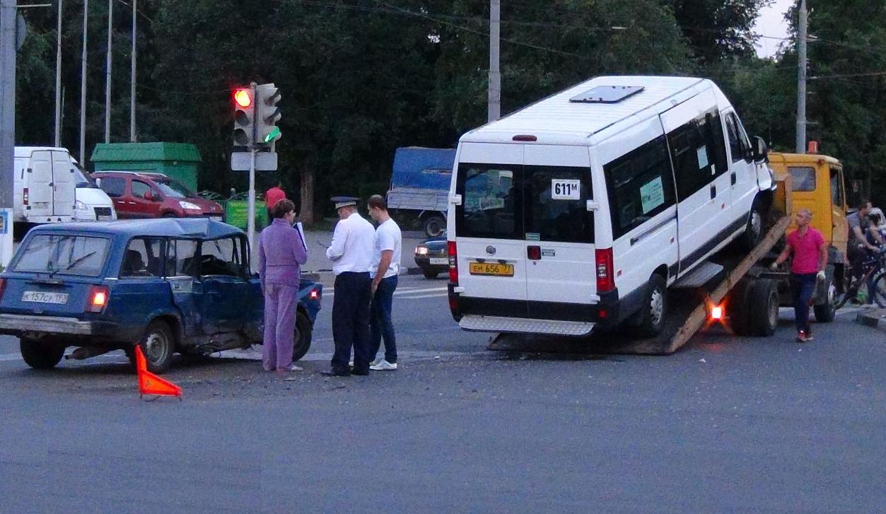 QIP Shot Screen 350 Жигули врезались в маршрутку на перекрёстке улиц Юных Ленинцев и Маршала Чуйкова