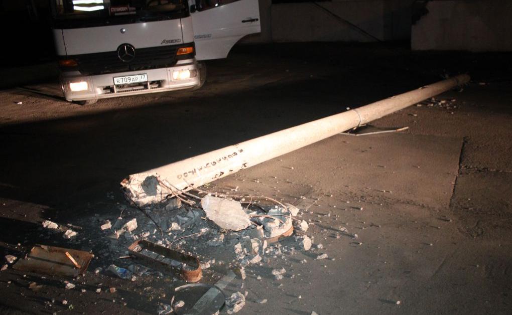 Автомобиль сбил столб и скрылся с места ДТП в Булатниковском проезде фото