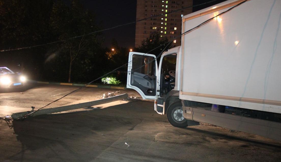 QIP Shot Screen 386 Автомобиль сбил столб и скрылся с места ДТП в Булатниковском проезде