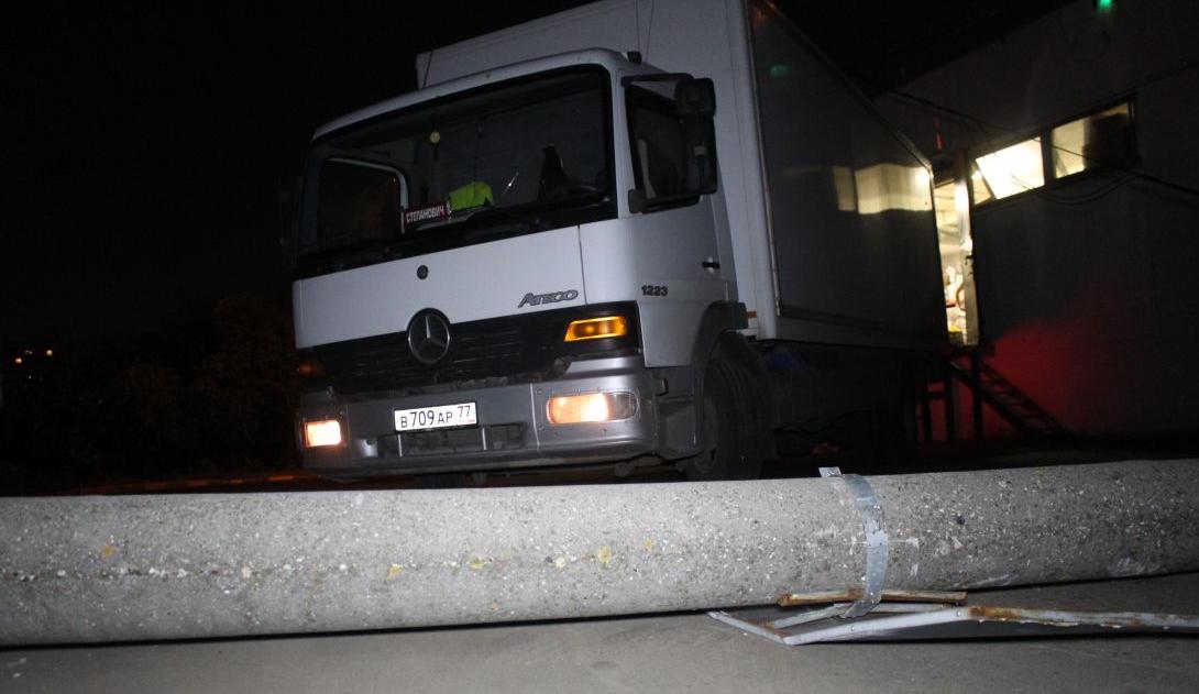 QIP Shot Screen 388 Автомобиль сбил столб и скрылся с места ДТП в Булатниковском проезде