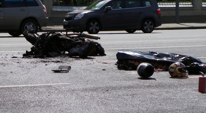 Мотоцикл сгорел после ДТП на Ленинском проспекте фото