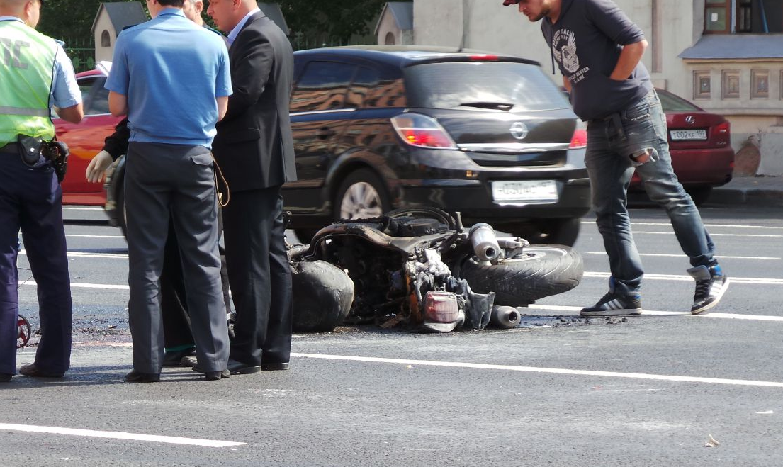 QIP Shot Screen 439 Мотоцикл сгорел после ДТП на Ленинском проспекте