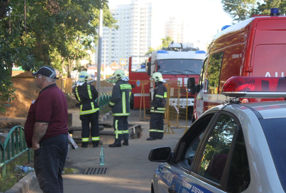 QIP Shot Screen 441 Автомобиль упал в котлован в Москве на Жигулёвской улице