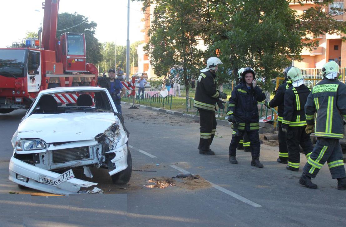 QIP Shot Screen 442 Автомобиль упал в котлован в Москве на Жигулёвской улице