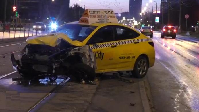 QIP Shot Screen 452 Автомобиль службы такси вылетел на трамвайные пути и протаранил ограждение на востоке Москвы