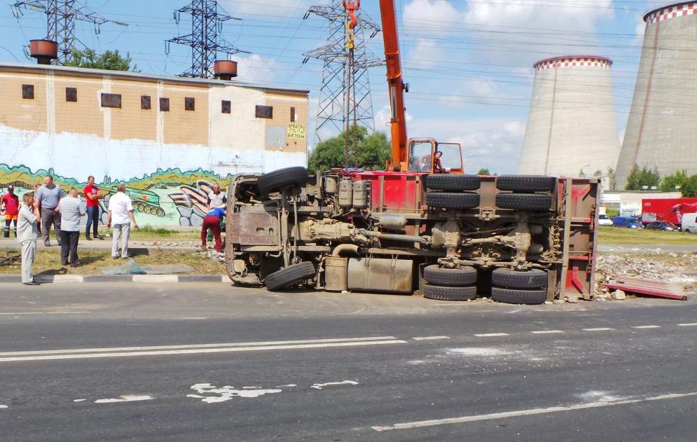 QIP Shot Screen 489 На Ижорской улице перевернулся самосвал со строительным мусором