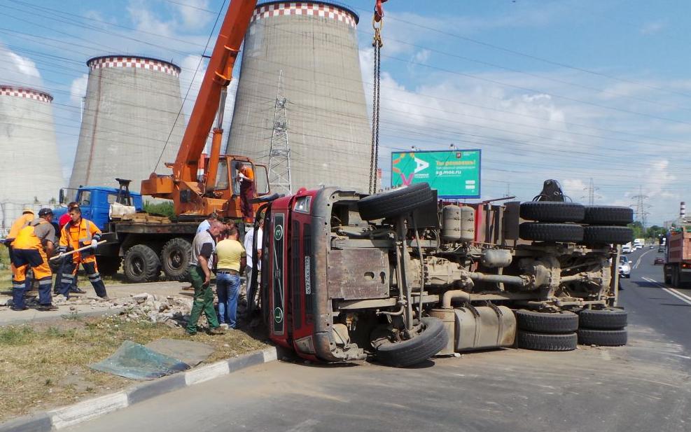 QIP Shot Screen 490 На Ижорской улице перевернулся самосвал со строительным мусором