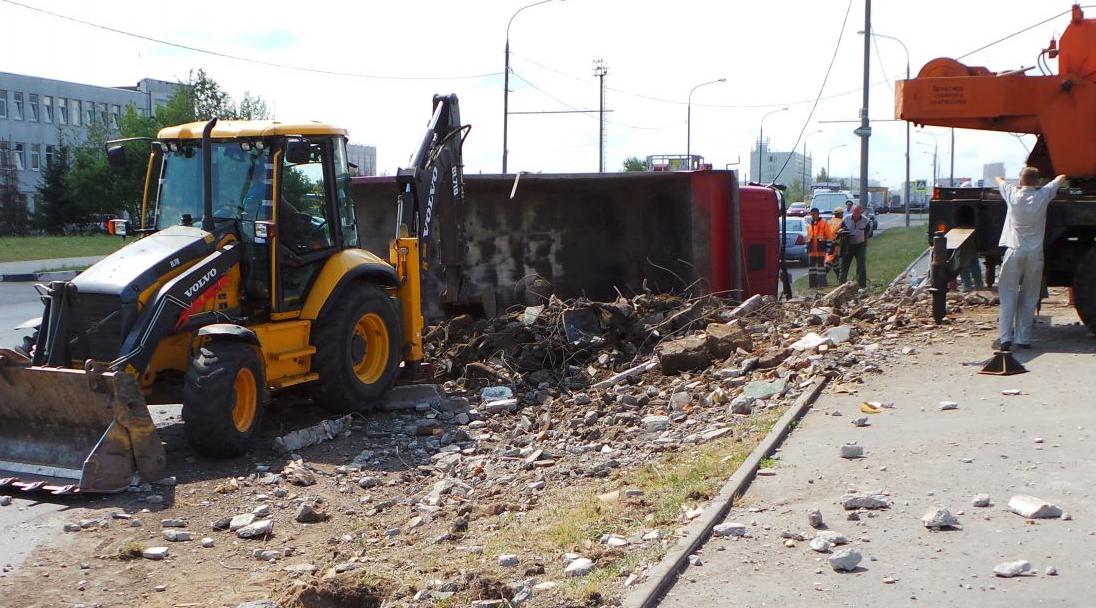 QIP Shot Screen 491 На Ижорской улице перевернулся самосвал со строительным мусором