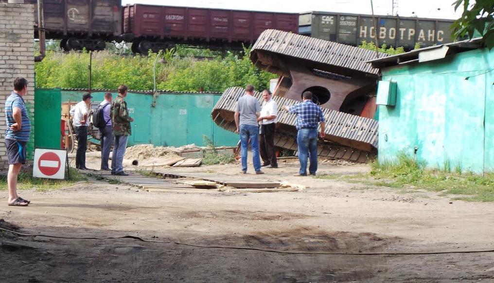 QIP Shot Screen 4941 На Новоцарицынском шоссе в строительную шахту рухнул экскаватор