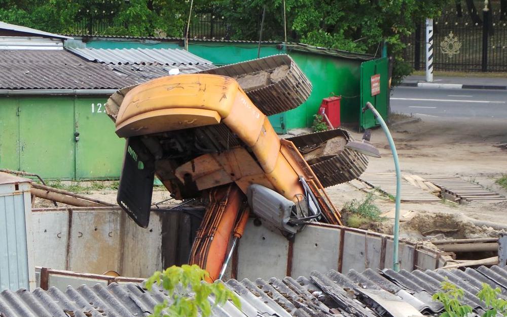 QIP Shot Screen 495 На Новоцарицынском шоссе в строительную шахту рухнул экскаватор