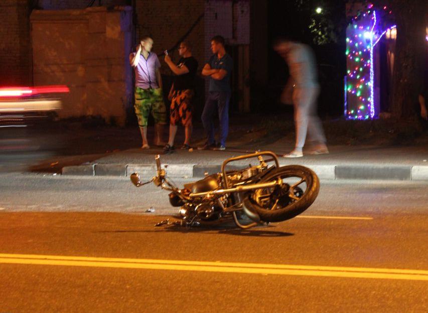 Пешеход тяжело пострадал на улице Борисовские Пруды в Москве в аварии с участием мотоцикла фото