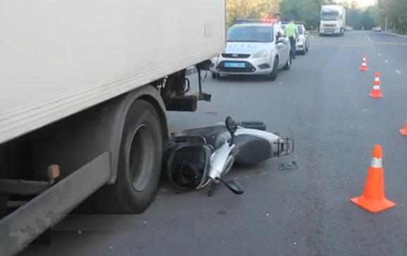 На юге столицы двое подростков на скутере травмировались в ДТП фото