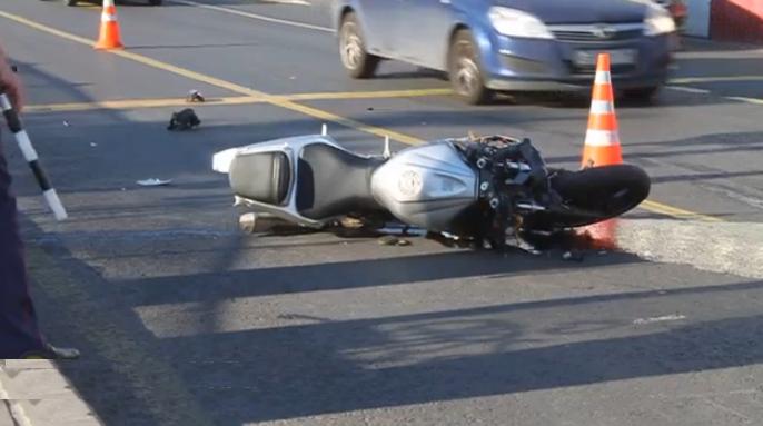 Мотоциклист протаранил дорожное ограждение в Москве на Калужской площади и погиб фото