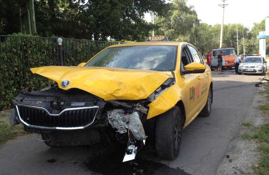 Два человека травмировались в ДТП с участием такси на Люблинской улице фото