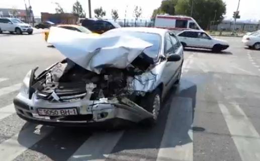 На Волоколамском шоссе в Москве в ДТП столкнулись микроавтобус и иномарка фото