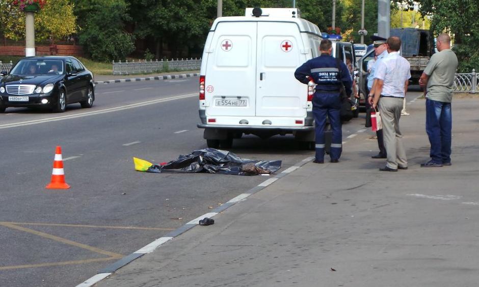На Коломенской улице в Москве юноша на иномарке сбил насмерть женщину и разбил 6 авто фото