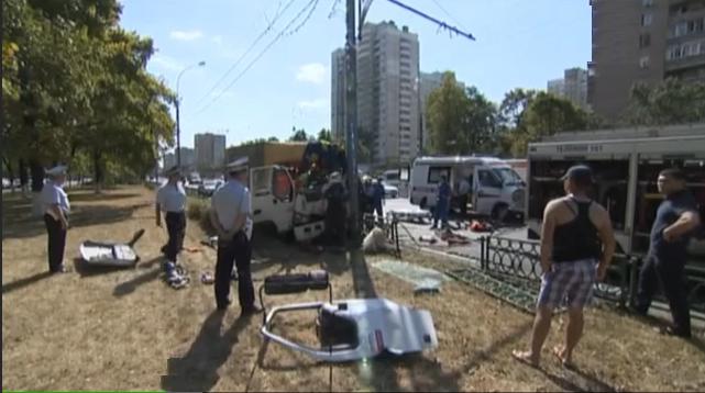 QIP Shot Screen 536  Груженная плиткой «Газель» врезалась в столб на юге столицы