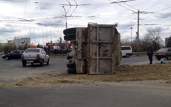 uzovik На МКАД перевернулся грузовик с песком: движение заблокировано