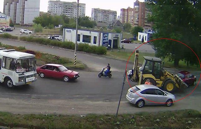 В городе Серпухов трактор протаранил иномарку фото