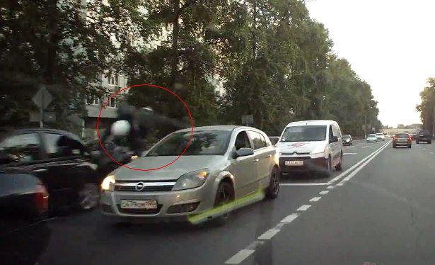 1406924795 926 Мотоциклист врезался в чёрный Nissan в Москве