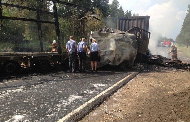 1407606431 noginsk На востоке Подмосковья на дороге столкнулись, а после сгорели четыре грузовика