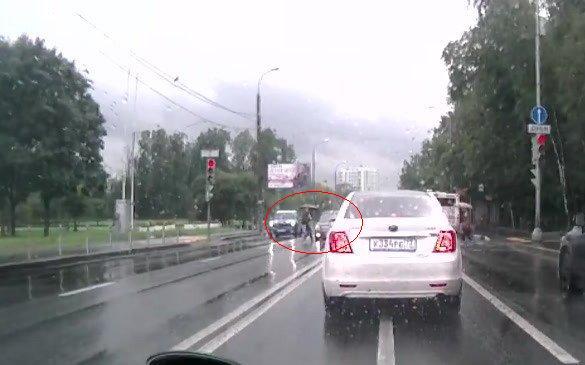 Иномарка, проезжая на красный свет, сбила пешехода в Москве фото