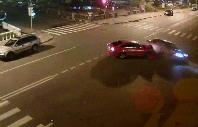 В Дзержинском на перекрестке столкнулись 2 иномарки красного цвета фото