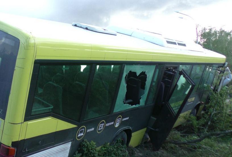 В Балашихинском районе Московской области автобус протаранил столб фото