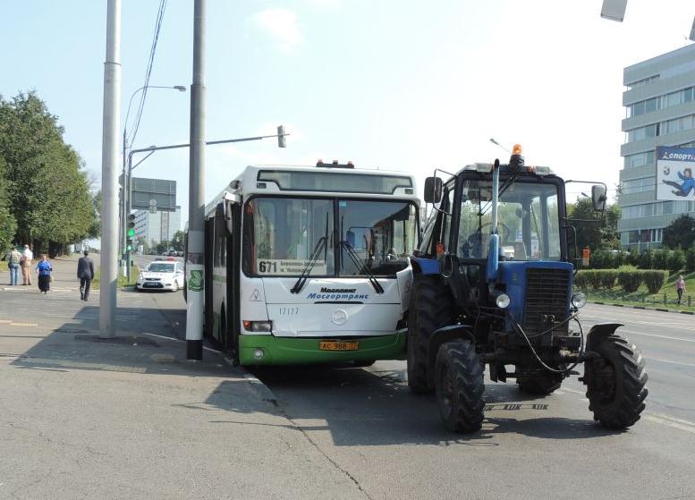 QIP Shot Screen 0591 На улице Обручева в Москве произошло ДТП с участием трактора и автобуса