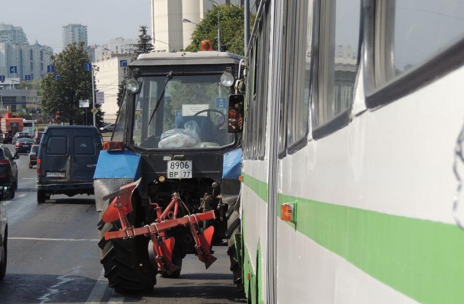 QIP Shot Screen 060 На улице Обручева в Москве произошло ДТП с участием трактора и автобуса