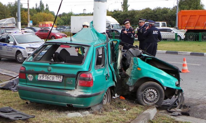QIP Shot Screen 119 В Москве иномарка врезалась в мачту городского освещения