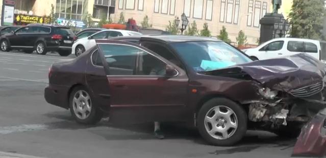 Два автомобиля стали участниками аварии на Пушкинской площади в Москве фото